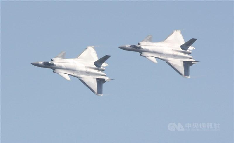 日本前陸將渡部悅和接受日媒專訪表示,他認為中國已對台灣發動「混合戰」,並以軍事成分的多寡設想了8種劇本。圖為共軍殲-20匿蹤戰機。(中央社檔案照片)