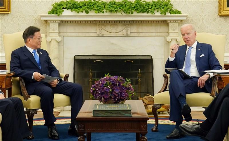 美國總統拜登(右)與南韓總統文在寅21日舉行領袖峰會,會後並發表聯合聲明。(韓聯社)