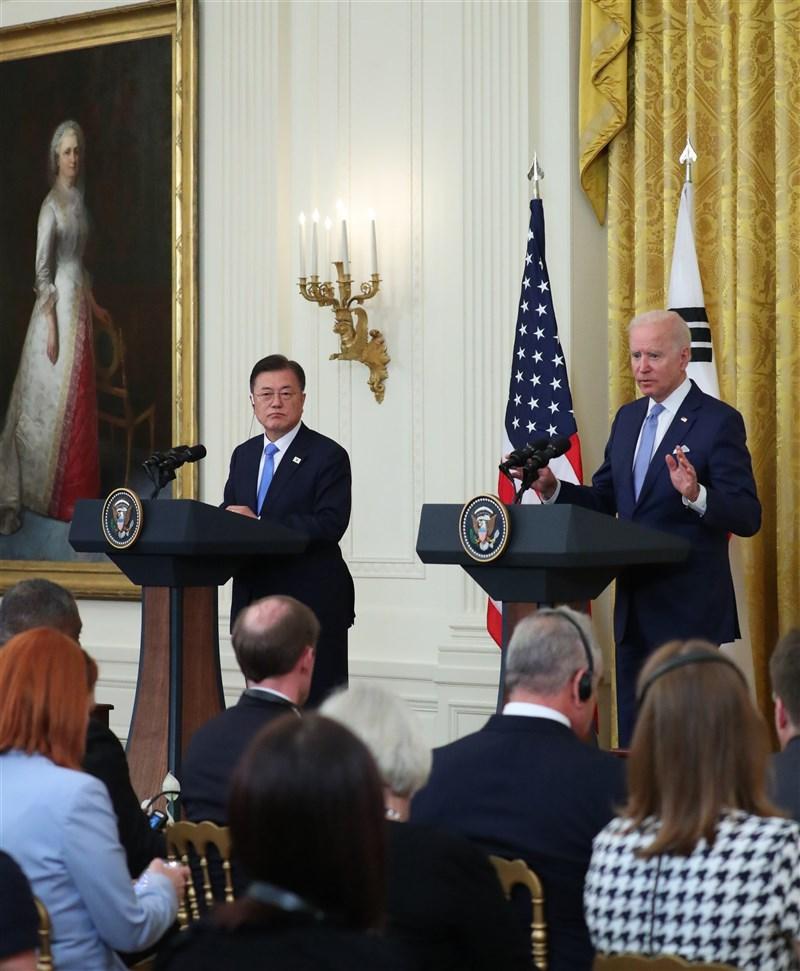 美國總統拜登(後右)21日與韓國總統文在寅(後左)舉行雙邊領袖會談。(韓聯社)