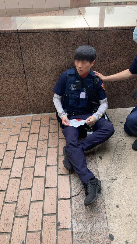 余姓通緝犯22日下午在台北車站附近閒晃,未戴口罩遭民眾檢舉,警方獲報到場,余姓男子卻持開山刀砍傷2員警。(警方提供)中央社記者劉建邦傳真 110年5月22日