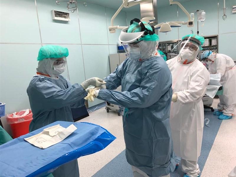 台北市萬芳醫院醫護人員全副武裝,為確診孕婦剖腹產,最後手術順利完成,母子均安。(圖取自facebook.com/lemingmd90)