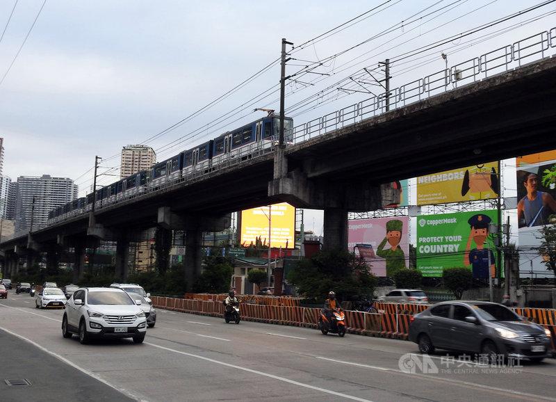 菲律賓總統杜特蒂任期倒數最後一年,面對2022年將登場的總統大選,杜特蒂預計加緊建設爭取民眾支持。圖為沿著馬尼拉重要幹道乙沙大道興建的捷運3號線,攝於1月10日。中央社記者陳妍君馬尼拉攝 110年5月23日