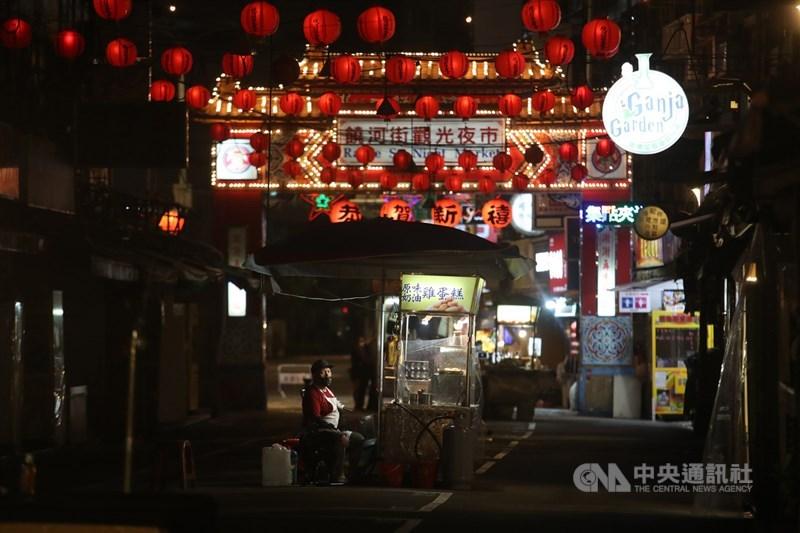 全國升至第三級疫情警戒後,各地外出人潮銳減,台北知名的饒河街觀光夜市逛街民眾大減,攤商等不到客人上門。中央社記者張新偉攝 110年5月22日