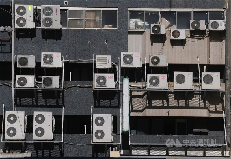 用電量屢創新高且目前有4座大型機組進入歲修,台電預估24日至28日恐每天亮供電吃緊的黃燈。(中央社檔案照片)