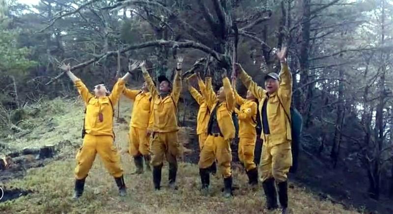 嘉義林管處轄管玉山事業區第52林班16日清晨發生森林火災,23日進入第8天,在午後一場陣雨協助下,火勢終於獲得控制,讓辛苦多日的森林護管員歡欣鼓舞。(嘉義林管處提供)中央社記者黃國芳傳真 110年5月23日