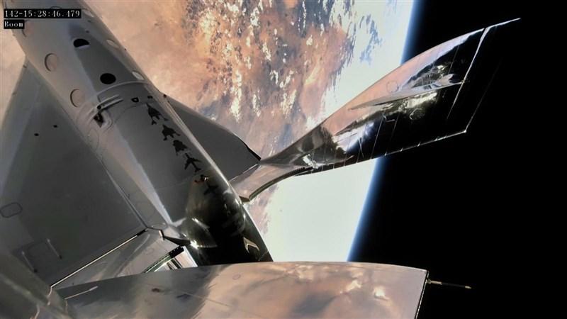 太空旅遊公司維珍銀河22日以火箭為動力,首度從美國新墨西哥州把載人太空船送上太空邊緣。(圖取自twitter.com/virgingalactic)