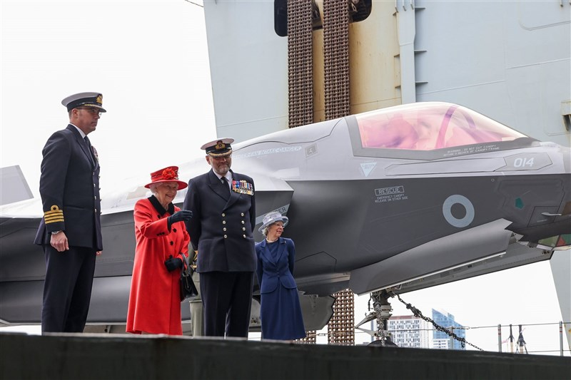 英國女王伊麗莎白二世(左2)22日登伊麗莎白女王號航空母艦視察。(圖取自twitter.com/smrmoorhouse)