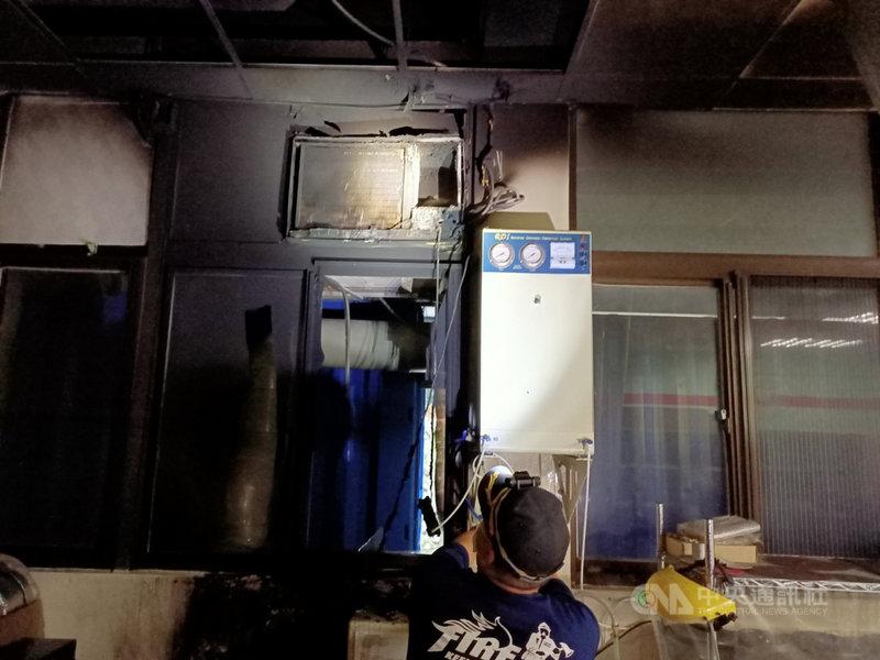 國立台灣海洋大學海洋科學與資源學院一樓實驗室內的窗型冷氣24日上午7時許冒出濃煙,由於冷氣機旁有飲水機的自來水配管,水管被火燒後噴出水流將火勢撲滅,無人受傷。(讀者提供)中央社記者王朝鈺傳真  110年5月24日
