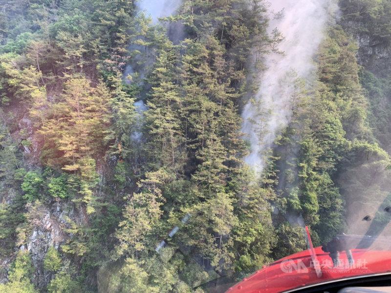 台中市谷關七雄之一的馬崙山19日發生森林火警,已經延燒6天,目前延燒面積已逾5.4公頃,24日仍不斷冒出火煙。(東勢林管處提供)中央社記者趙麗妍傳真  110年5月24日