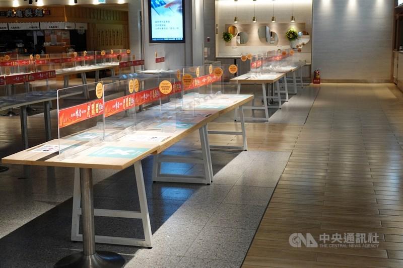 台北市從24日開始,所有飲食店、飲料店全面禁止內用,百貨美食街配合政府防疫政策,撤除內用區所有座椅,暫停內用服務。中央社記者鄭傑文攝 110年5月24日