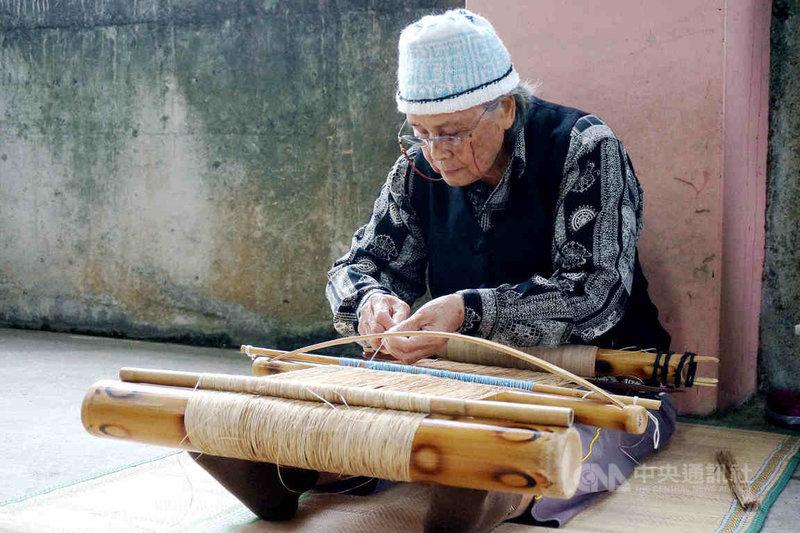 文化部公告將「噶瑪蘭族ni tenunan tu benina香蕉絲織布」登錄為原住民族重要傳統工藝,並認定技術保存者嚴玉英。(文化部提供)中央社記者陳秉弘傳真  110年5月24日