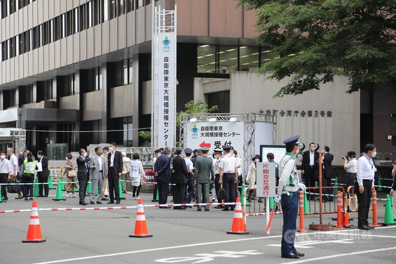 日本政府24日實施大規模施打疫苗作業,東京會場有5000人預約接種疫苗,大阪有2500人預約,24日總計可施打7500人。下週,東京會場一天可施打約1萬人、大阪5000人,最多單日可施打約1萬5000人。中央社記者楊明珠東京攝 110年5月24日