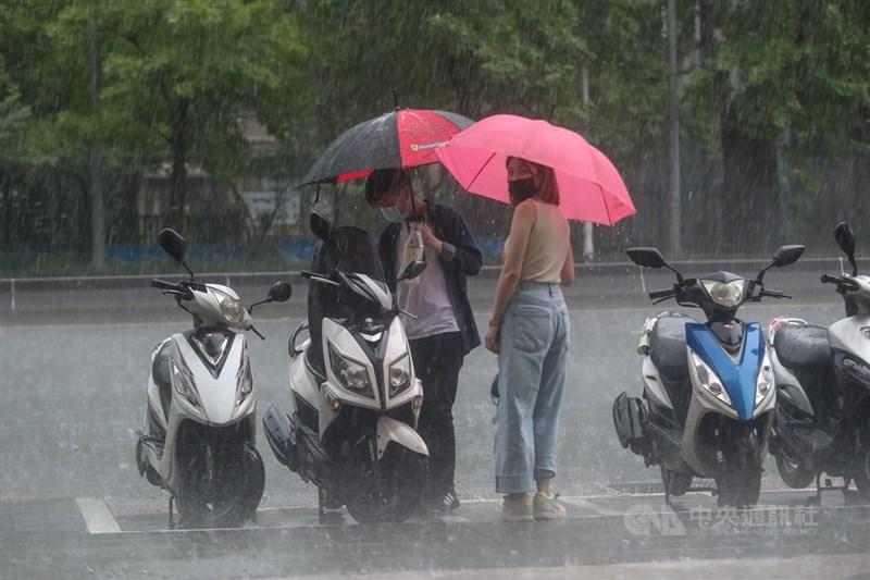 氣象局24日表示,因鋒面加上午後強降雨,大台北地區、南投、桃園等地累積降雨量都有破百。中央社記者吳家昇攝 110年5月24日