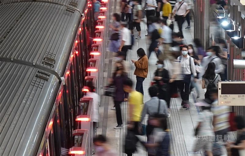 全國三級警戒至5月28日,指揮中心指揮官陳時中表示,專家建議正在研議延長。圖為24日台北捷運。(中央社檔案照片)