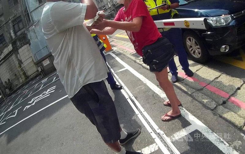 台北市一名男子(左)23日外出未戴口罩且看見警方就逃逸,因驚慌腿軟而不慎被鐵鍊絆倒,路過員警上前關心和攙扶,隨後到場親友也勸導未果,警方依法送辦裁罰。(翻攝照片)中央社記者黃麗芸傳真  110年5月24日