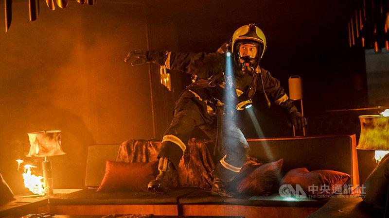 消防職人劇「火神的眼淚」中,演員劉冠廷為保護學弟臨時被叫進娛樂場火場,不料中途與學弟分散受困火海。(公共電視、myVideo提供)中央社記者葉冠吟傳真  110年5月24日