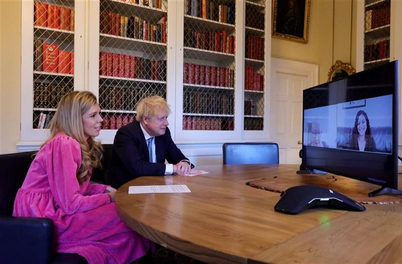 英國首相強生(左2)和未婚妻席孟茲(左1)寄送喜帖給親朋好友,預定2022年7月30日舉行婚禮。圖為兩人先前與「一起過耶誕」活動人員視訊。(圖取自twitter.com/BorisJohnson)