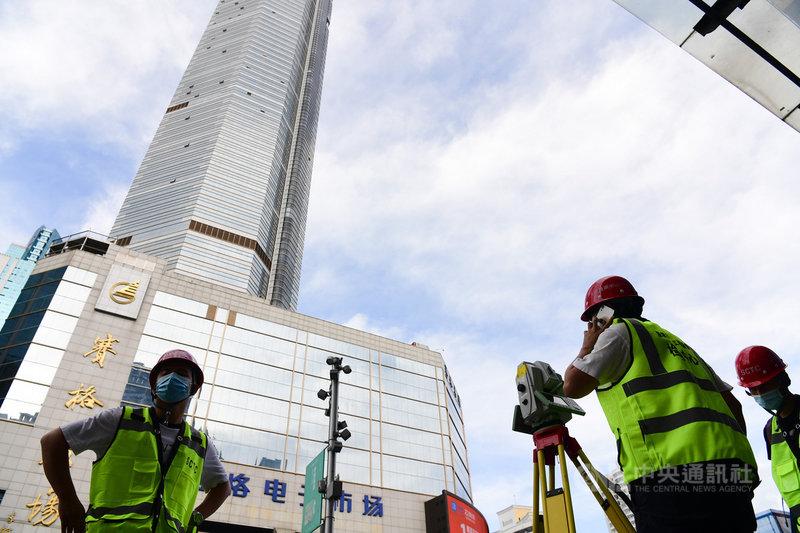 中國深圳超高層建築賽格大廈5月接連出現不明原因晃動,引發安全疑慮。據報導,目前賽格大廈正在拆除樓頂的桅杆,專家認為這可有效解決有感震動的問題。(中新社提供)