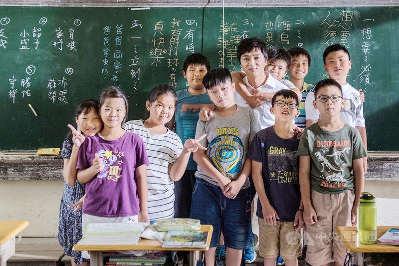 電影「期末考」描述由演員藍葦華(後右4)飾演的代課老師意圖努力教學,卻難以扭轉流浪教師宿命的故事,全片寫實感人。(海鵬影業提供)中央社記者葉冠吟傳真  110年5月25日
