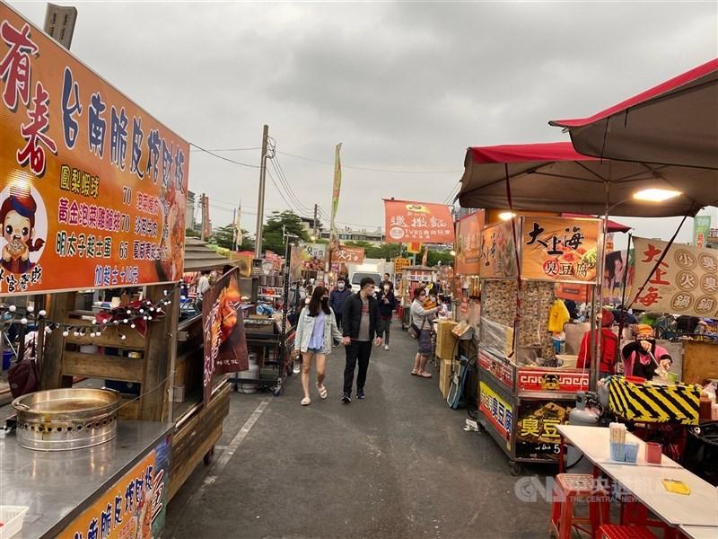 台南市長黃偉哲宣布,台南市夜市25日晚起暫時停業。圖為台南花園夜市。(中央社檔案照片)
