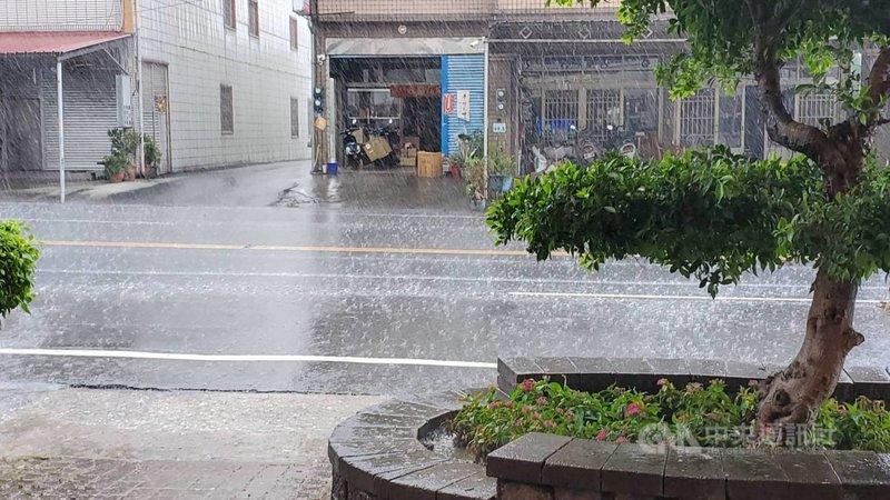 高雄市內門區25日下午下起大雨,根據水利署的資訊顯示,內門測站的時雨量有73毫米,達到大雨等級。(民眾提供)中央社記者王淑芬傳真 110年5月25日
