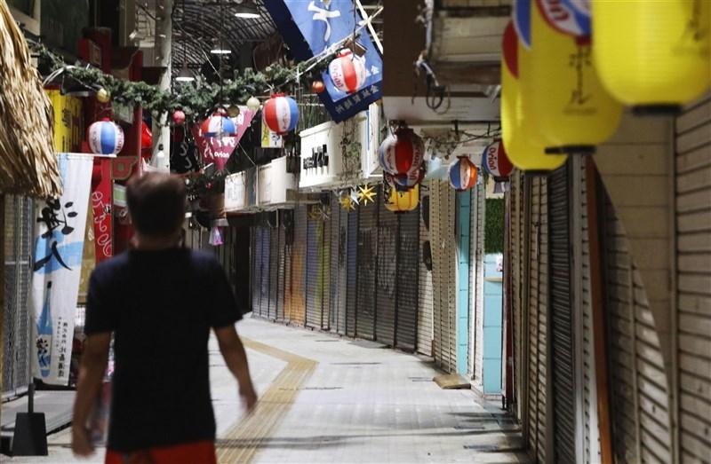 日本沖繩縣25日新增256例確診病例再創歷史新高,整體疫情在「緊急事態宣言」下未見緩和。圖為沖繩縣那霸市餐廳、酒吧紛紛關閉,街道上人煙稀少。(共同社)