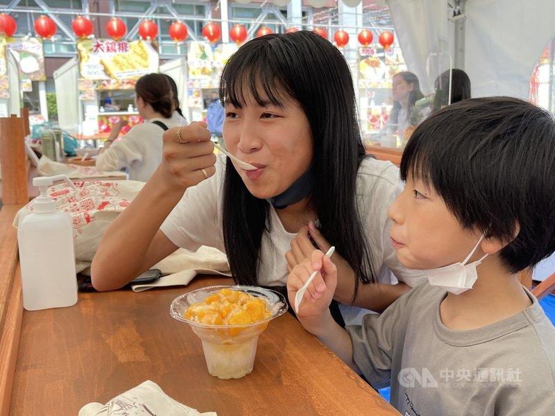 東京鐵塔台灣祭受到緊急事態宣言發布的影響,一度停辦,5月22日低調重啟。有孩童與家長一起前來吃芒果冰,享受如同身在台灣的氣氛。中央社記者楊明珠東京攝 110年5月26日