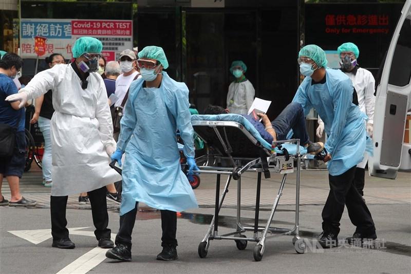 疫情指揮中心指揮官陳時中26日坦言,目前醫療量能確實非常緊張,但絕無崩潰。圖為17日亞東醫院防疫升級,門診住院病人只出不進。(中央社檔案照片)