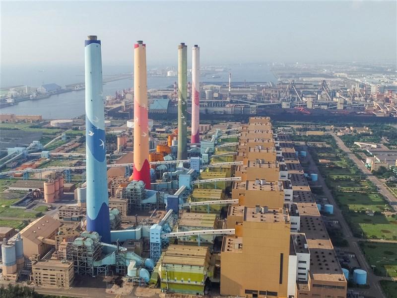 台電表示,台中火力發電廠9號機預計於26日下午併聯,供電雖為黃燈,但系統負載能力仍可維持穩定供電。(中央社檔案照片)