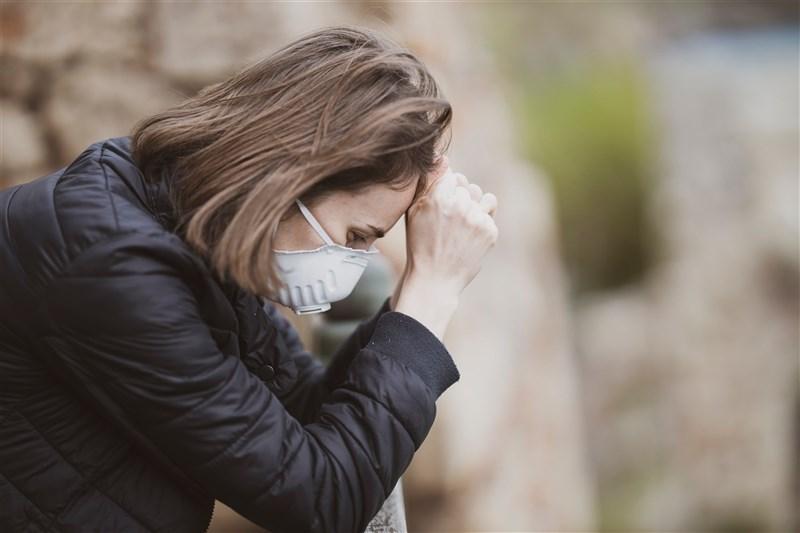COVID-19疫情升溫,許多患者看似正常,血氧濃度卻已低到亮紅燈。急診醫師傳授步行測試、計算呼吸等2招,民眾沒血氧機也能自我監測,避免「快樂缺氧」上身。(示意圖/圖取自Unsplash圖庫)