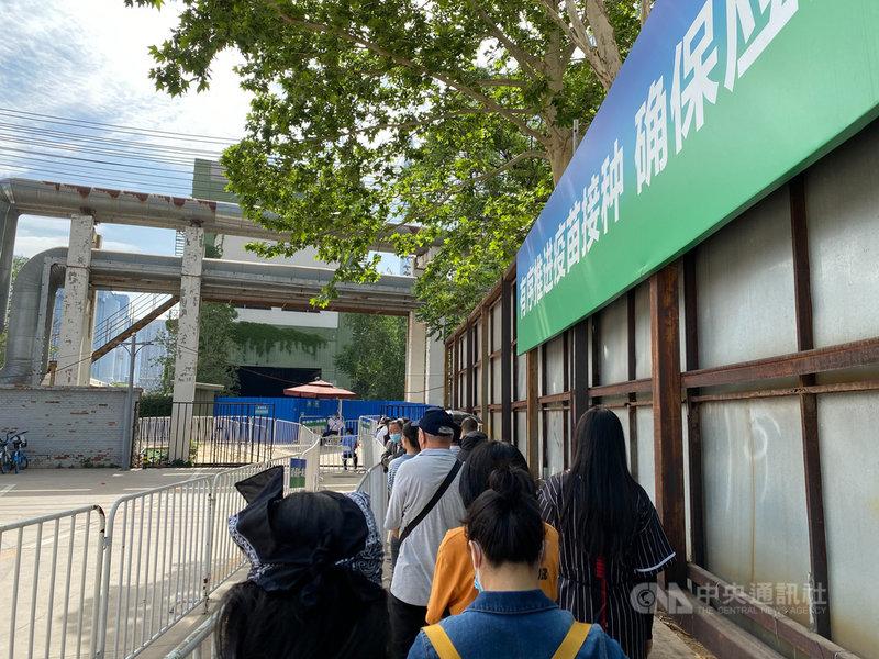 中國大陸遼寧、安徽、廣東等地近期出現本土2019冠狀病毒疾病疫情,也刺激民眾接種疫苗意願。圖為北京一處疫苗接種點外排隊接種的民眾。(讀者提供)中央社記者繆宗翰北京傳真 110年5月27日
