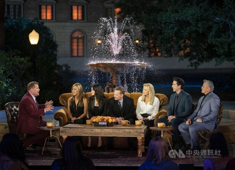 美劇「六人行」(Friends)由演員珍妮佛安妮斯頓(左2起)、寇特妮考克絲、馬修派瑞、麗莎庫卓、大衛史溫默和麥特雷布藍克主演主演,6人暌違17年再次在特別節目「六人行:當我們又在一起」(Friends: The Reunion)團聚。(HBO Max提供)中央社記者葉冠吟傳真 110年5月27日