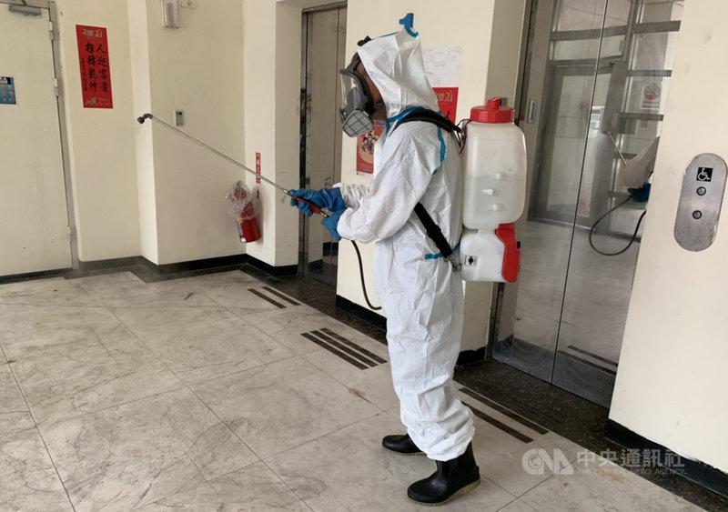 台北市日前有6名消防員快篩結果為陽性,消防局27日證實,26日晚間已確認6人核酸檢測(PCR)結果全為陰性,並立即解除隔離、回歸正常應勤,同時將持續自主健康管理。圖為台北市環保局以漂白水清毒駐地,避免任何防疫漏洞。(台北市消防局提供)中央社記者黃麗芸傳真  110年5月27日