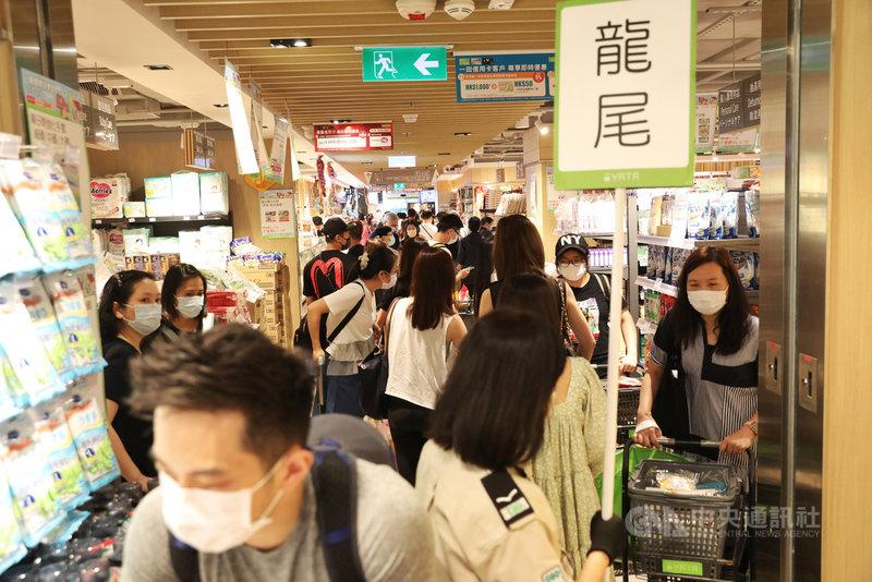 香港相隔225天,27日再度出現「零確診」。由於疫情緩和,市面出現人潮。圖為一間商城舉行半年一度的購物優惠日,現場人山人海。(中通社提供)中央社 110年5月27日
