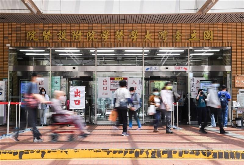 台大醫院院長吳明賢26日表示,醫院非常緊急,不能讓第一線醫護赤手空拳,彈盡援絕。(中央社檔案照片)