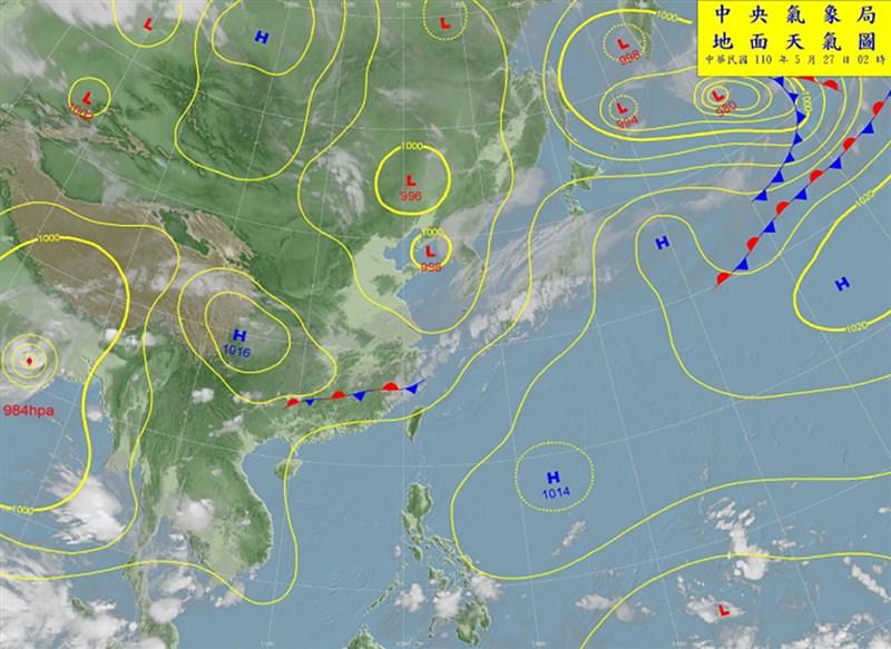 中央氣象局27日地面天氣圖顯示,滯留鋒在台灣北部海面,氣象專家吳德榮表示,29日滯留鋒面會報到。(圖取自中央氣象局網頁cwb.gov.tw)