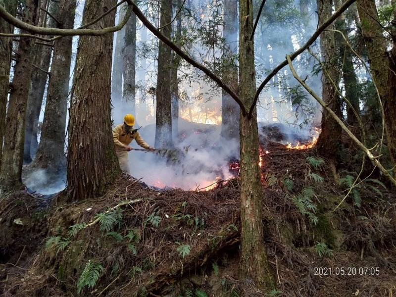台中市谷關七雄之一的馬崙山19日發生森林火警,火勢在26熄滅。圖為救火人員20日滅火情形。(圖取自林務局東勢林區管理處臉書網頁facebook.com)