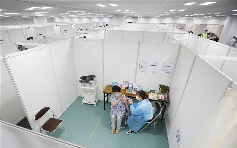 日本截至21日有超過601萬人接種美國輝瑞藥廠疫苗,其中85人死亡。圖為24日日本民眾在宮城縣大規模疫苗接種中心施打疫苗。(共同社)