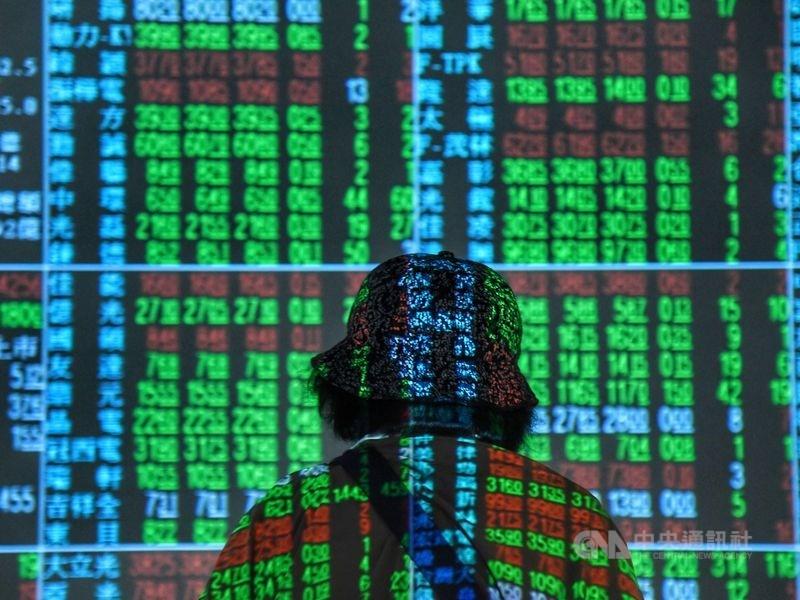 台股連續4個交易日上漲後,27日收黑,但成交值大增逾新台幣1100億元,當沖比從逾50%大降至43%附近。(中央社檔案照片)