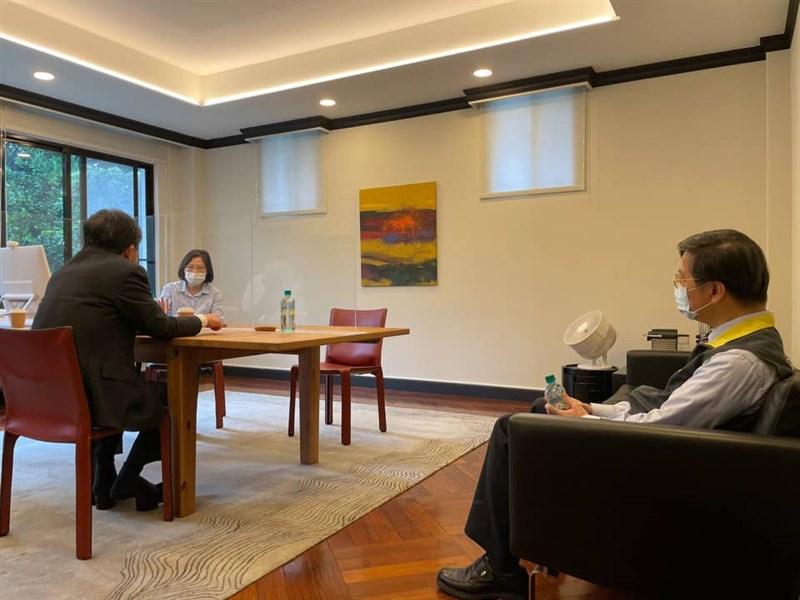 總統蔡英文(後)27日表示,她要再次感謝指揮官陳時中(前左)這一年多來帶領指揮中心夥伴們辛苦打拚,無論挑戰有多麼大,陳時中總是一肩扛了下來,沒有抱怨,更不曾退縮。(圖取自facebook.com/tsaiingwen)