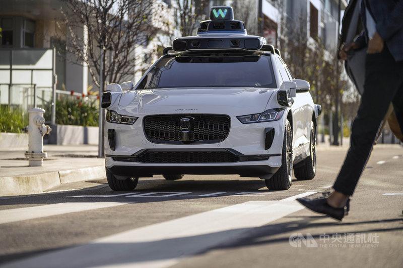 搜尋引擎龍頭谷歌(Google)母公司旗下的無人駕駛科技公司Waymo,去年底起在美國亞利桑那州鳳凰城附近提供「僅有乘客」的叫車服務,象徵對無人駕駛的技術有一定的信心。(Waymo提供)中央社記者周世惠舊金山傳真 110年5月28日