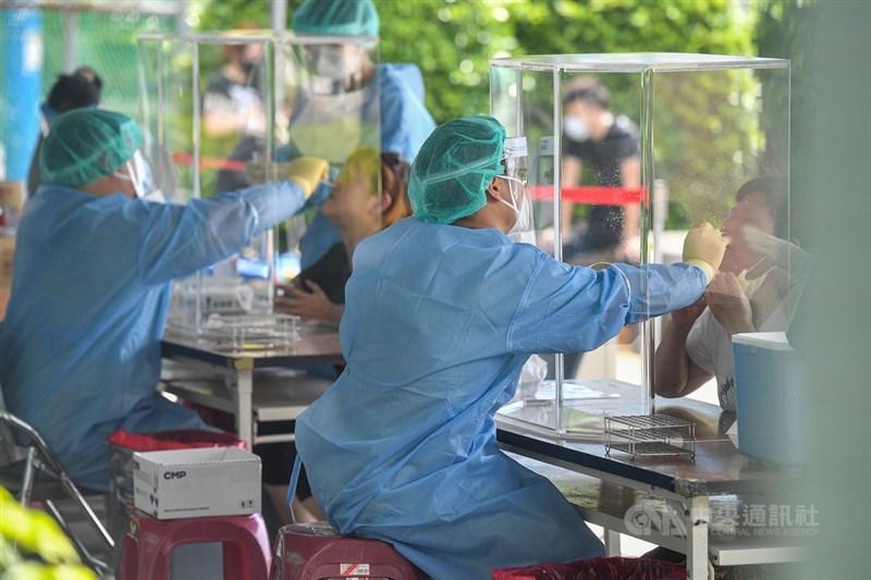 中央流行疫情指揮中心28日宣布,國內新增297例武漢肺炎(2019冠狀病毒疾病,COVID-19)確診本土病例,以新北市136例最多。新北市午後有許多民眾前往快篩站篩檢。中央社記者鄭清元攝 110年5月28日