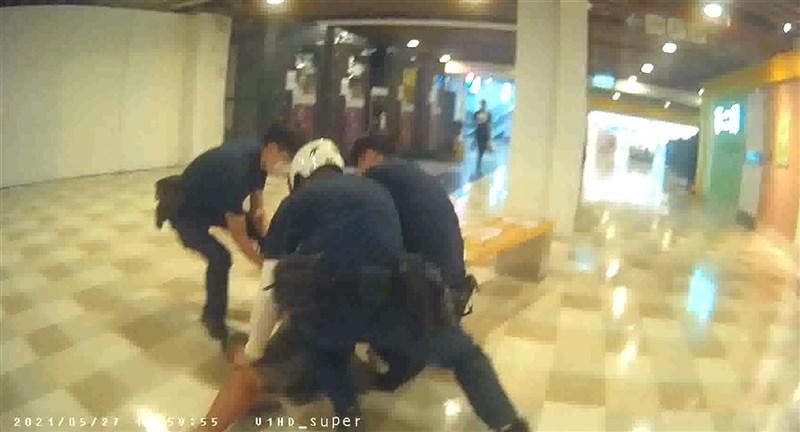 武漢肺炎(2019冠狀病毒疾病,COVID-19)疫情升溫,台中市有男子不戴口罩逛賣場遭員警勸阻,他反怒罵警方還作勢毆打,當場遭警方壓制。(民眾提供)中央社記者趙麗妍傳真 110年5月28日