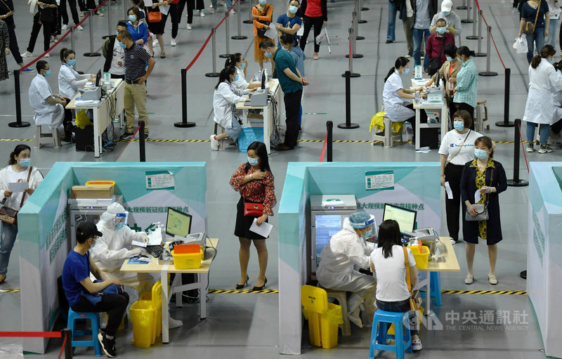 中國疾控中心28日首度發布COVID-19疫苗接種不良反應監測訊息概況,認為接種COVID-19疫苗嚴重異常反應發生率極低。圖為17日,四川眉山市進行大規模接種疫苗。(中新社提供)中央社 110年5月28日
