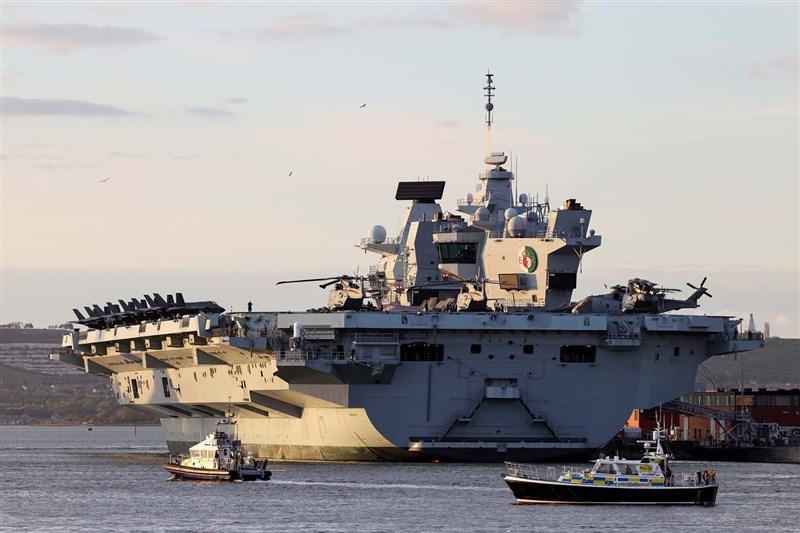 英國「伊麗莎白女王號航空母艦」(中)本週加入北大西洋公約組織在地中海演習後,將展開為期8週航行穿越南海,向北京傳達海上航路須維持開放的訊息。(圖取自facebook.com/royalnavy)