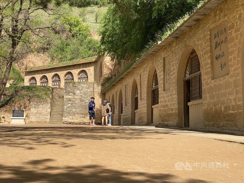 黃土高原過去較缺乏木、石等建築材料和燒磚、瓦所需燃料,發展出挖掘山壁而建成的窯洞民居,如今則成為廣受遊客歡迎的景點。中央社記者繆宗翰延安攝 110年5月30日