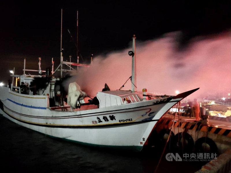 澎湖29日晚間不平靜,海上發生海釣溺水與漁船失火等意外,一死一獲救,案件由警消調查處理。(澎湖消防局提供)中央社  110年5月30日