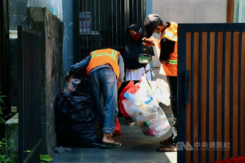 印尼資源回收業者與雅加達賓塔洛區的卡蘇阿里社區合作推動垃圾銀行計畫,業者3月21日到民眾家中收取做好分類的垃圾,記錄重量,民眾可自垃圾銀行帳戶領取現金。中央社記者石秀娟雅加達攝  110年5月30日
