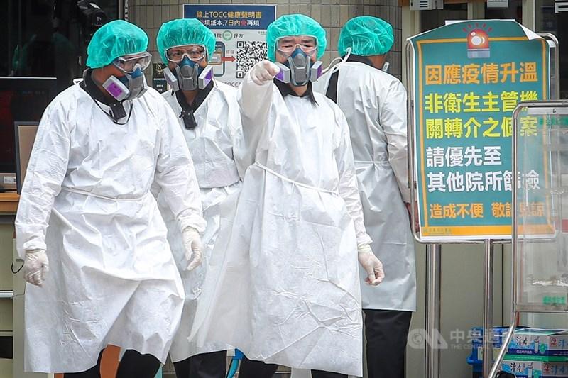 中央流行疫情指揮中心30日表示,6月1日起,防疫物資撥配資料將公布於衛生福利部疾病管制署網站,包括隔離衣、防護衣等。圖為亞東醫院醫療人員全副武裝。(中央社檔案照片)