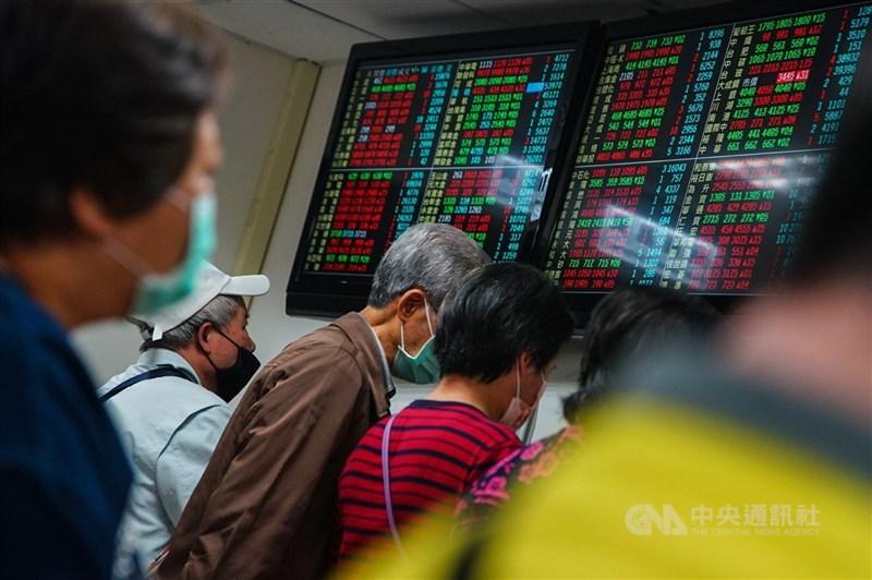 2021年疫情陰影仍籠罩全球,但台股在熱錢滾滾、資金回流加上台灣經濟基本面穩健等利多齊發下,加權指數一路攻高,一度突破「萬七」大關,成交動輒滾出逾4000億元大量。(中央社檔案照片)